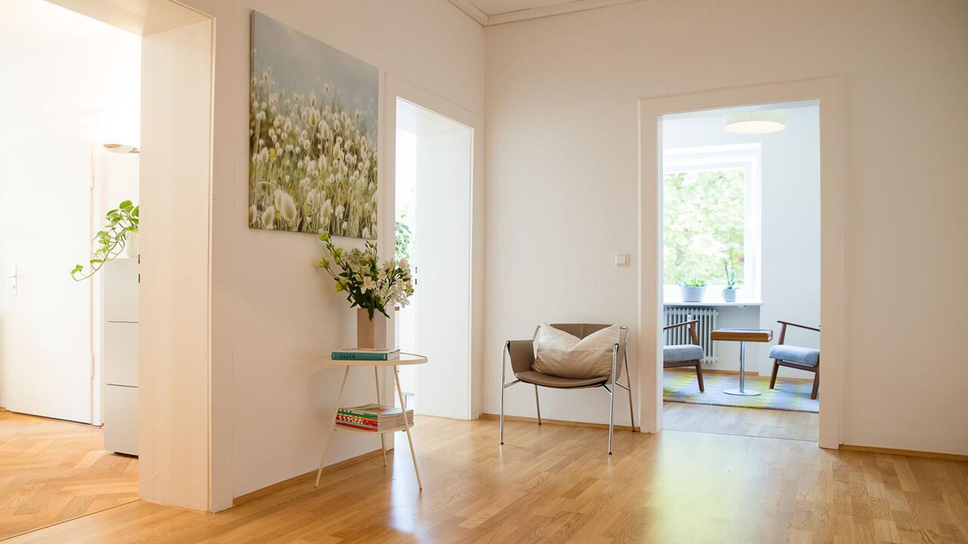 Ansicht und gut ausgeleuchtete Räume mit weiß gestrichenen Wänden und einem Laminat-Boden